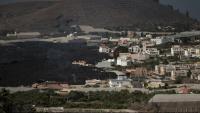 La colada nord del volcà de La Palma avança pel barri de La Laguna cobrint tot el que troba al seu pas