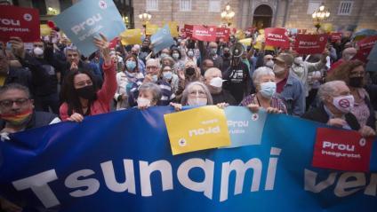 El Tsunami Veïnal , que ja havia manifestat el seu rebuig a la gestió de Colau, també va ser present a la plaça de Sant Jaume en l'acte d'ahir