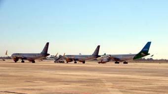 Dos avions de Vueling i un de Level aparcats a la zona de la T-2 de l'aeroport del Prat