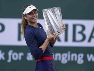 Paula Badosa, amb el trofeu que va assolir diumenge a Indian Wells