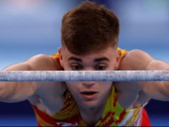 Joel Plata , en l'exercici de barra durant els Jocs de Tòquio