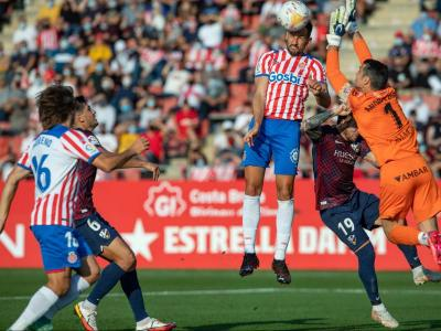 Stuani salta per damunt d'Andrés per acabar servint en safata l'1-1 a Pablo Moreno contra l'Osca