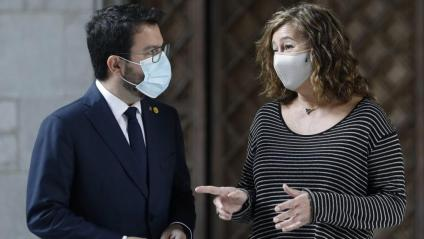 El president de la Generalitat, Pere Aragonès, i la seva homòloga balear, Francina Armengol, ahir a la galeria gòtica