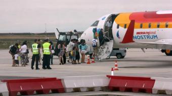 Un grup de viatgers pujant a un aparell d'Air Nostrum