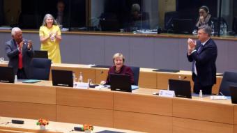 Els líders europeus es van posar drets per ovacionar la cancellera alemanya, Angela Merkel, ahir, al final de la cimera europea celebrada a Brussel·les