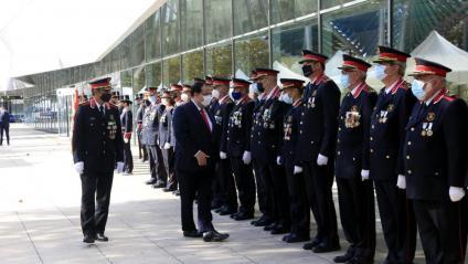 El conseller d'Interior saluda els comandaments dels Mossos d'Esquadra, acompanyat pel cap del cos, el major Trapero