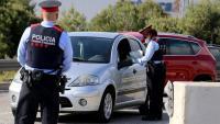 Un control dels Mossos comprovant els desplaçaments en vehicle durant l'estat d'alarma