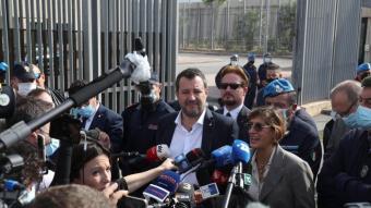 Salvini , amb l'advocada Giulia Bongiorno, atén la premsa davant el búnquer de la presó de Palerm, a la sortida de la vista