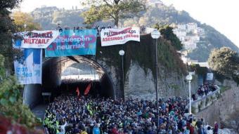 Milers de persones van manifestar-se, ahir, a Sant Sebastià a favor dels drets dels presos bascos i contra la política penitenciària d'excepció