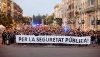 La pancarta , compartida per les organitzacions sindicals policials, ahir