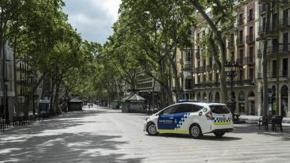 Un cotxe de la Guàrdia Urbana a la Rambla de Barcelona durant el primer confinament