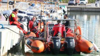 Una embarcació dels Bombers, que donen suport a la recerca del desaparegut.