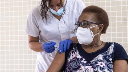 Una de les primeres dones a rebre la doble vacuna