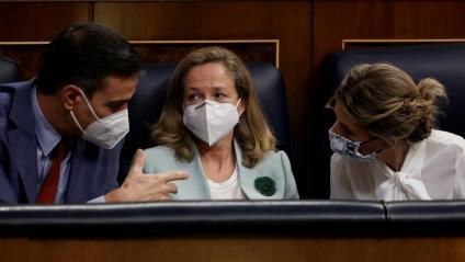 Pedro Sánchez parla amb Yolanda Díaz, amb Nadia Calviño al mig, durant una sessió al Congrés, la setmana passada