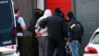 Agents dels Mossos porten un dels detinguts a la comissaria de la Policia Local de Llinars del Vallès