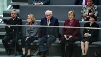 Merkel, ahir a la tribuna de convidats del Bundestag, entre el president Steinmeier i l'excap de la cambra Rita Suessmuth