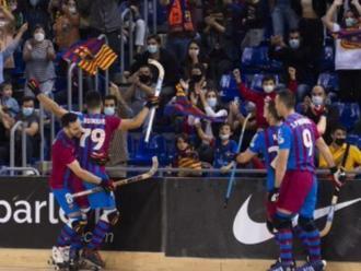 Rodrigues celebra amb l'afició el gol del triomf per 8-7 contra el Liceo
