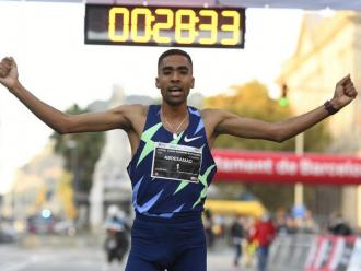 Abdessamad Oukhelfen després de creuar la línia de meta