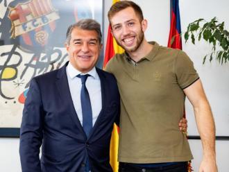 Aleix Gómez , amb el president del Barça Joan Laporta després de signar la renovació