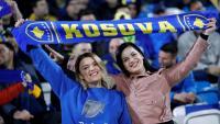 Dues seguidores de la selecció de futbol de Kosovo en un partit de l'Eurocopa.