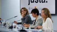 La ministra  Raquel Sánchez (Transports, Mobilitat i Agenda Urbana), amb la ministra portaveu, Isabel Rodríguez,  i la vicepresidenta Ribera, ahir al Palau de La Moncloa