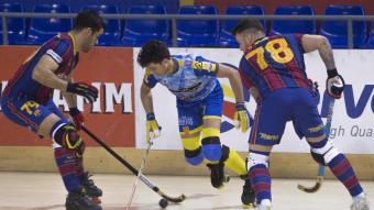 Rodrigues i Nunes pressionen un jugador del Caldes