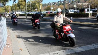 Tres usuaris amb les motocicletes elèctriques desenvolupades per l'empresa Silence per oferir un servei de lloguer conegut com a 'motorsharing'