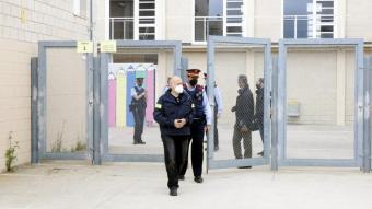 Agents dels Mossos d'Esquadra sortint de l'institut de Vidreres en una imatge del 29 d'abril passat, el dia que hi va haver l'agressió