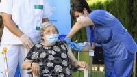 Una dona rep la tercera dosi de la vacuna