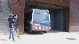 Arribada als jutjats de Granollers d'un dels furgons amb els agents de la Policia Local de Llinars del Vallès detinguts.
