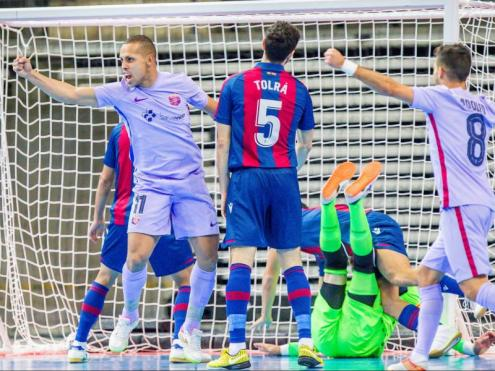 Ferrão, amb el puny tancat, i Adolfo celebren el 0-2